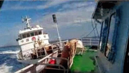 Tàu hải cảnh Trung Quốc đâm ngang nhiên vào sườn tàu kiểm ngư Việt Nam ngày 2 tháng 5, 2014 ngay trong vùng đặc quyền kinh tế của VN. Courtesy of photo by Viet Nam Fishing Control Force