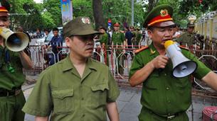 Lực lượng công an ngăn cản biểu tình tại Hà Nội ngày 18/05/2014.