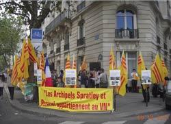 Người Việt tại Pháp xuống đường để biểu tình phản đối công hàm 1958 hôm 14/9/2011. Photo by Tuong An