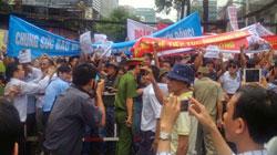 Đoàn người biểu tình hô vang các khẩu hiệu chống Trung Quốc trước Tổng lãnh sự quán Trung Quốc ở TP.HCM.