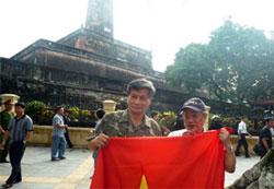 Tiến sĩ Nguyễn Quang A và Giáo sư Ngô Đức Thọ tham gia biểu tình chống Trung Quốc tại Hà Nội hôm 3-7-2011.