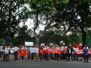 Biểu tình chống Trung Quốc tại Hà Nội ngày 14-08-2011. Courtesy NguyenXuanDien.
