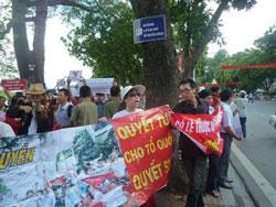 Luật sư Nguyễn Thị Dương Hà trong đoàn biểu tình chống Trung Quốc tại Hà Nội ngày 14-08-2011. Courtesy NguyenXuanDien.