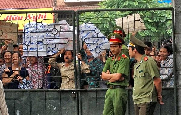 Người dân Mỹ Đức xin vào dự tòa không được, căng biểu ngữ phản đối trước tòa.