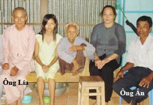 Ống Nguyễn Văn Lía (người thứ nhất bên trái)