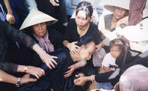 Các tín đồ PGHH bị đàn áp ngăn chặn trong lần chuẩn bị hành lễ trước đây. RFA file