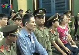 Nhà báo Nguyễn Văn Hải tức blogger Điếu Cày  và blogger Tạ Phong Tần tại phiên sơ thẩm hôm 24/9/2012. Chụp từ clip VTV1