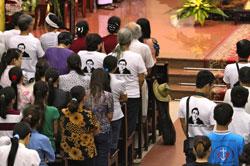 Gia đình, người thân LS Lê Quốc Quân cầu nguyện cho anh. AFP photo