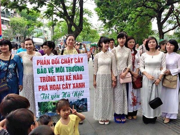 Hôm nay Chúa Nhật 26 tháng 4 hàng trăm người tiếp tục tuần hành nhằm phản đối chặt hạ cây xanh lại diễn ra tại bờ hồ và tượng đài Lý Thái Tổ
