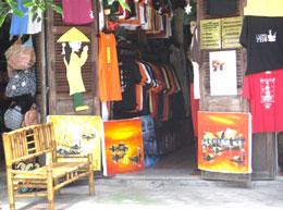 Tranh bày bán cùng với những quần áo và đồ lưu niệm. RFA