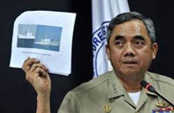 Phó Đô đốc hải quân Philippines Alexander Pama trưng hình ảnh hai chiếc tàu hải giám Trung Quốc chặn tàu chiến Philippines trong một cuộc họp báo tại Manila ngày 11/4/2012.AFP