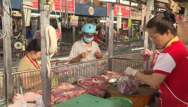 Người dân vẫn tiêu thụ thịt heo.