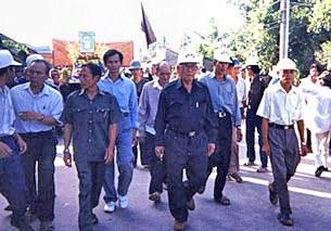 Ông Lê Quang Liêm, Hội trưởng Giáo hội Phật giáo Hòa hảo Thuần túy, đi giữa đội nón trắng, dẫn tín đồ PGHH diễu hành nhân ngày Lễ hội PGHH tại An Giang.(2010)