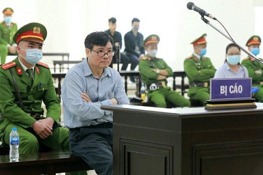 Giới quan sát cho rằng Tòa án Việt Nam cáo buộc Luật sư Trần Vũ Hải tội trốn thuế nhằm ngăn cản ông tham gia phiên tòa của Blogger Trương Duy Nhất. Blogger Trương Duy Nhất tại phiên toà ở Hà Nội hôm 9/3/2020.