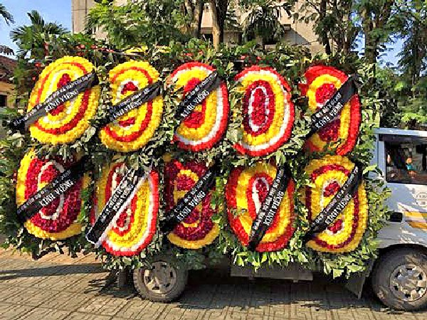 Những vòng hoa tang được mang đến trong lễ tang của thân mẫu anh Ba Sàm Nguyễn Hữu Vinh tại Hà Nội