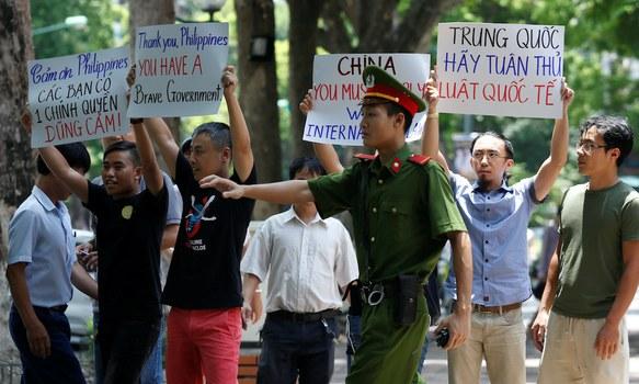 Hình minh họa. Công an ngăn chặn người biểu tình phản đối Trung Quốc ở Hà Nội hôm 17/7/2016