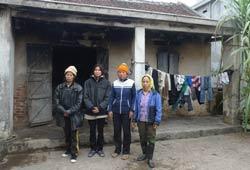 Vợ con anh Vươn, Quý đang tá túc tại nhà anh Đoàn Văn Thoại. Photo courtesy of nld.com