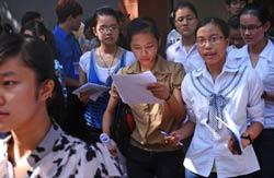 Các sinh viên vừa hoàn tất bài thi đại học trong kỳ tuyển sinh hôm 05/7/2011 tại Hà Nội. AFP
