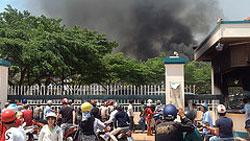 Công ty bị đốt phá. Photo by Tuấn Khanh