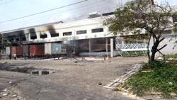 Một công ty bị nghi ngờ là của Trung Quốc đã bị đốt nhiều lần trong một ngày, bị đập phá và cướp đến tan hoang. Photo by Tuan Khanh