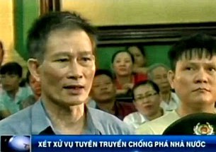 Nhà báo Nguyễn Văn Hải tức blogger Điếu Cày tại phiên sơ thẩm hôm 24/9/2012.
