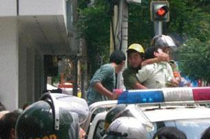 Sinh viên Paul Nguyễn Minh Nhật tham gia biểu tình bị bắt một cách thô bạo lên xe.(ngày 5 tháng 6, 2011)Source blog ABS