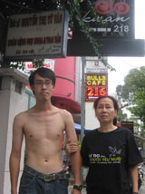 Anh Nguyễn Trí Dũng, con trai Blogger Điều Cày bị công an xông vào lột áo thun có in giòng chữ Tự Do cho Người Yêu Nước tại trụ sở công an. Courtesy danlambao