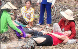 Nạn nhân bị thương nằm tại hiện trường vụ cưỡng chế tại xã Mỹ Hoà thuộc huyện Bình Minh, tỉnh Vĩnh Long. Photo: T.H/danlambao