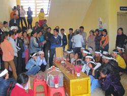 Người nhà sản phụ đưa quan tài đến Bệnh viện Đa khoa huyện Thiệu Hóa (Thanh Hóa), sáng 19.10.2013. Photo courtesy of danviet.vn