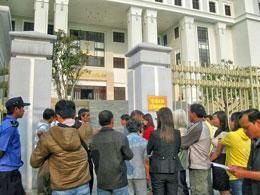 Từ 7g sáng đã có nhiều người dân đến tập trung trước cổng tòa án để chờ vào dự phiên tòa công khai xét xử blogger Trương Duy Nhất, nhưng hầu như không ai được vào trừ 3 người: luật sư, vợ và con của anh Trương Duy nhất (Blog Ntuongthuy)