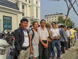 Các blogger đến ủng hộ tinh thần cho Trương Duy Nhất. Ảnh FB Hồ Ly Tiên