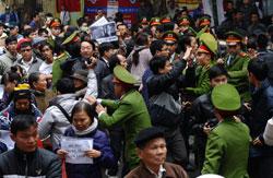 Công an ngăn cản người biểu tình chống Trung Quốc tại Hà Nội hôm 09/12/2012. AFP photo