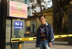 Blogger JB Nguyễn Hữu Vinh trong một lần bị công an TP Hà Nội triệu tập hồi năm 2011. File photo.