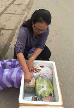 Bà Cao Thị Xuân Phượng, vợ ông Trương Duy Nhất mang đồ tiếp tế cho chồng ở trại giam T16 tại Hà Nội hôm 20/3/2019.