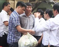 Nguyên phóng viên Hoàng Khương, báo Tuổi Trẻ(người cầm túi quần áo) bị bắt về cơ quan điều tra vào trưa 2-1-2012 vì bài việt về công an tham nhũng. Photo Pham Dung NLĐ.