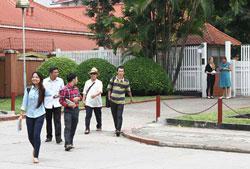 Bà Elenore Kanter, Phó Đại sứ Thụy Điển, tiễn các đại diện blogger Việt Nam ra tận cổng tòa Đại sứ. Photo: cafevn.org