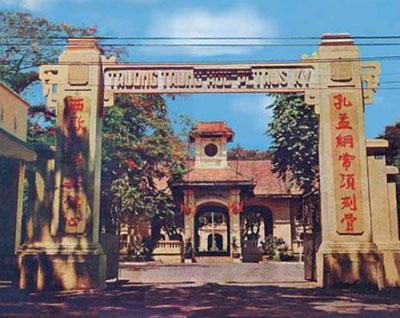 Trường Trung học Petrus Ký ở Saigon chụp năm 1972. Sau 1975 bị đổi tên thành trường Lê Hồng Phong.