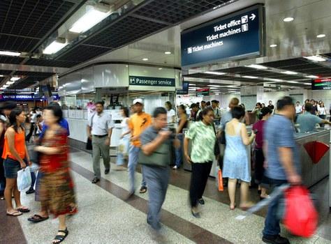 Hình minh họa. Người dân đi tàu điện ở Singapore