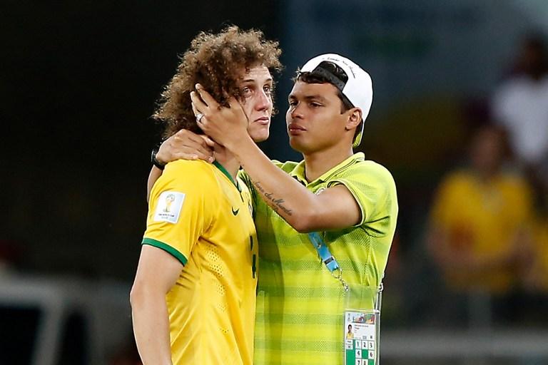 Hậu vệ đội Brazil Thiago Silva (phải) an ủi cầu thủ David Luiz sau trận Brazil thua Đức 1-7 ở vòng bán kết World Cup 2014 trên Sân vận động Mineirao ở Belo Horizonte vào ngày 8 tháng 7 năm 2014.