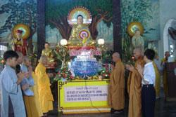 Năm 2010, công an cấm Phật tử vào chùa dự lễ Phật Đản, dù vậy HT Thích Thanh Quang quyết định vẫn tiến hành Đại lễ và đọc Thông điệp Phật Đản của Đại lão Hòa thượng Thích Quảng Độ. Photo courtesy of PTTPGQT.