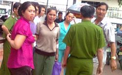 Sau 6 tháng trong lao tù, chị Hằng trông ốm yếu, tiều tụy đi rất nhiều. Người mặc áo hồng là một nữ An ninh Hà Nội tên Minh, chuyên theo dõi chị Hằng. Photo courtesy of blog Nguyễn Xuân Diện.