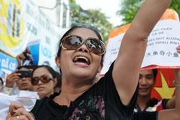 Bà Bùi Thị Minh Hằng xuất hiện thường xuyên trong các cuộc xuống đường biểu tình vì chủ quyền của Việt Nam. Courtesy Vietinfo
