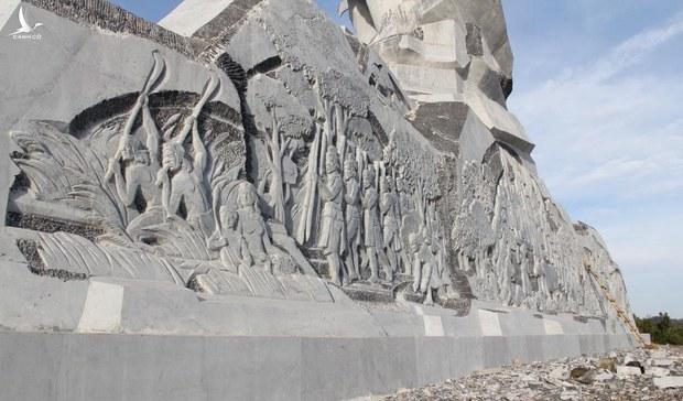 Xây tượng đài cũng đội vốn