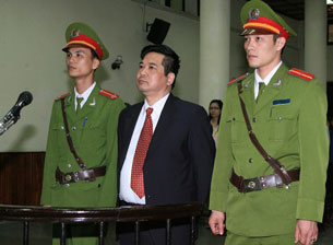 TS luật Cù Huy Hà Vũ tại phiên tòa ở Hà Nội hôm 04-04-2011.