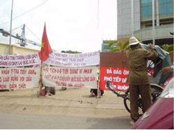 Dân oan biểu tình-RFA file