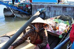 Một người bán nước giải khát tại Chợ nổi Cái Răng thuộc huyện Cái Răng, tỉnh Cần Thơ hôm 08 tháng 6 năm 2013. RFA PHOTO.
