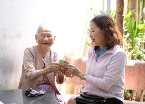 Bà mẹ Việt Nam Anh hùng, cụ Lê Thị Chi góp 5 triệu tiền tiết kiệm của bà để chống dịch COVID-19.