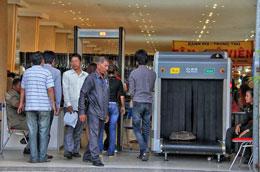 An ninh và cảnh sát Campuchia dùng máy quét để kiểm tra khách hàng trước vào trong thăm quan hàng Việt Nam tại Hội chợ, ngày 17/11/2013....Photos: Quốc Việt/RFA