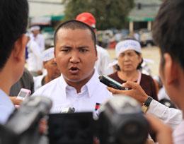 Ông Suong Sophorn, Trưởng Phong trào thanh niên Sam Rainsy phát biểu với báo giới