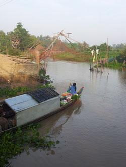 Người Việt buôn bán trên xuồng theo sông thuộc xã Sangkum Meanchey, huyện Borei Cholsar, Takeo ngày 23/3/2014. RFA PHOTO/Quốc Việt.